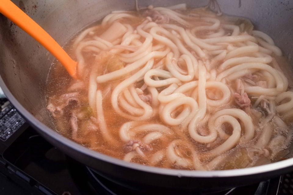 いつものごとく前夜の残りの鍋をストーブにかけてうどんを投入。