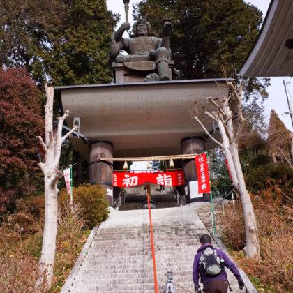 まずは参道の石段を登ります。