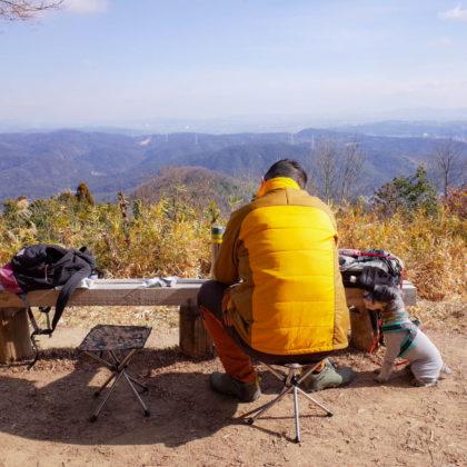 岡山市方面に向かって座り山頂ごはん。