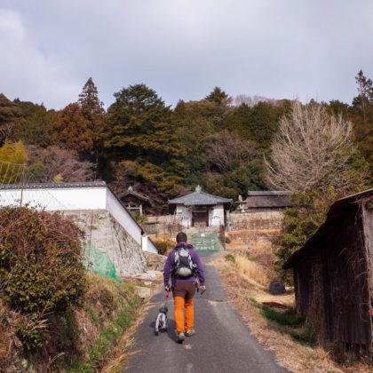 まずは八塔寺の前の道を登ります。