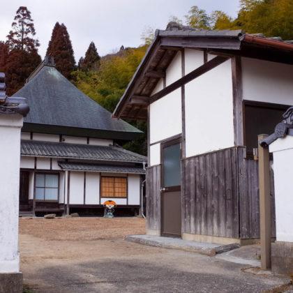 高顕寺の境内にこうやくんがいた。