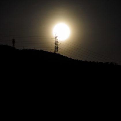 熊山の鉄塔の向こうから満月が昇ってきました