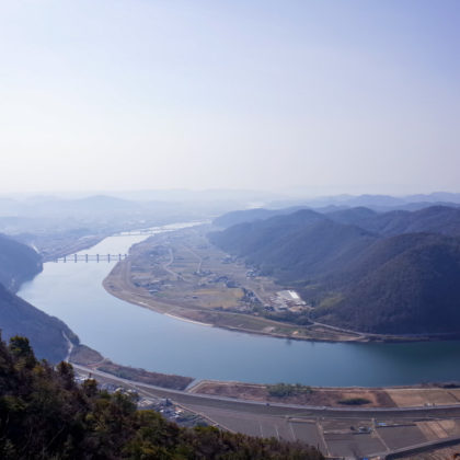 さらに登ると吉井川の湾曲部分が全部見渡せるように