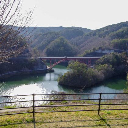 ダム湖と中国道