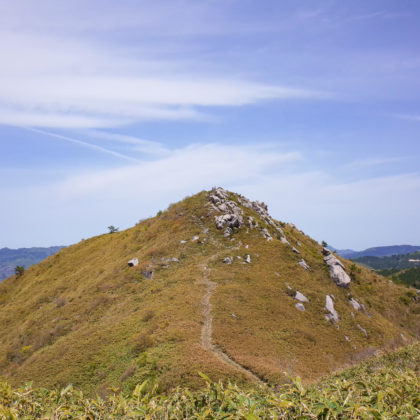 登り切って横にのびる稜線からさっきまでいた頂を眺めたらこんな感じ。綺麗な形。